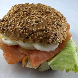 Körnersemmel mit Lachs des Cafe Adelbert