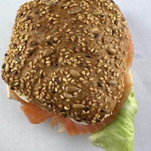Körnersemmel mit Lachs - Cafe Adelbert